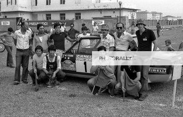 Coppa Liburna 1977Appassionati in foto di gruppo intorno alla Fiat 131 Abarth di M. Verini